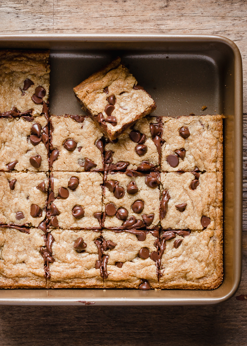 Easy Chewy Chocolate Chip Cookie Bars via forkknifeswoon.com | @forkknifeswoon