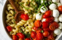Quick Roasted Tomato Caprese Pasta Salad - this is the PERFECT Summer side dish. Love this for potlucks and BBQs! via forkknifeswoon.com