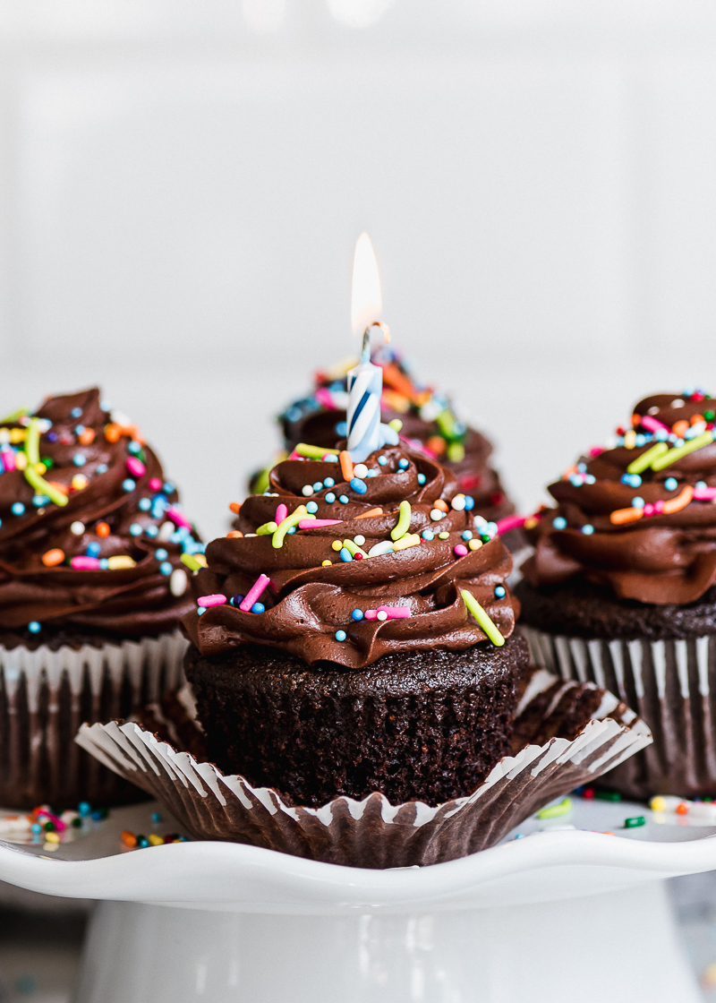 Easy Chocolate Birthday Cupcakes With Buttercream Frosting And Sprinkles Via Forkknifeswoon