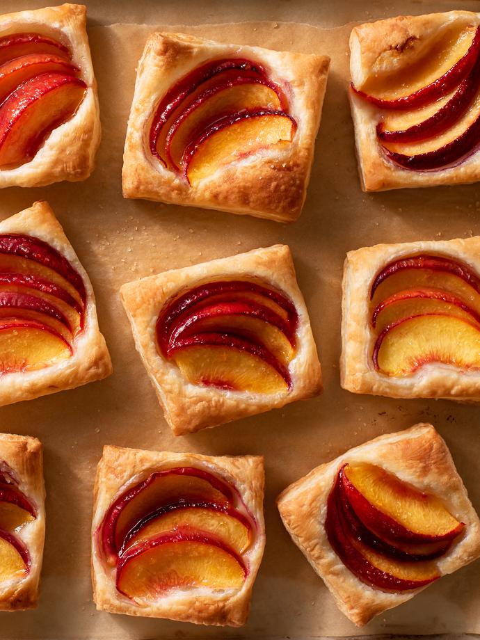 mini peach puff pastry tarts via forkknifeswoon.com